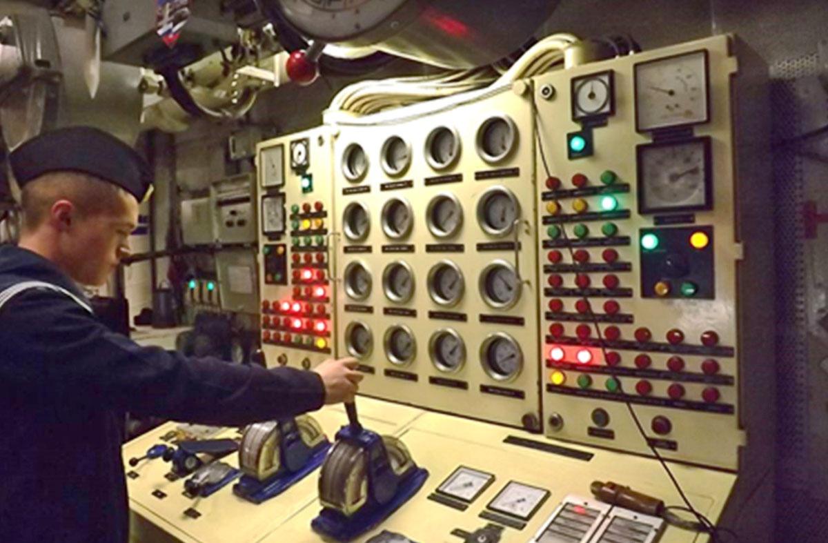 В морских походах на учебных кораблях осуществляется подготовка курсантов в роли вахтенных офицеров и специалистов, несущих вахту у действующих механизмов и систем.