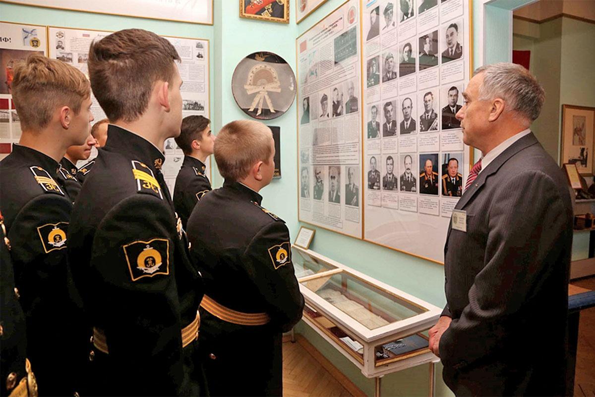 Курсанты постоянно приобщаются к богатой военно-морской истории.