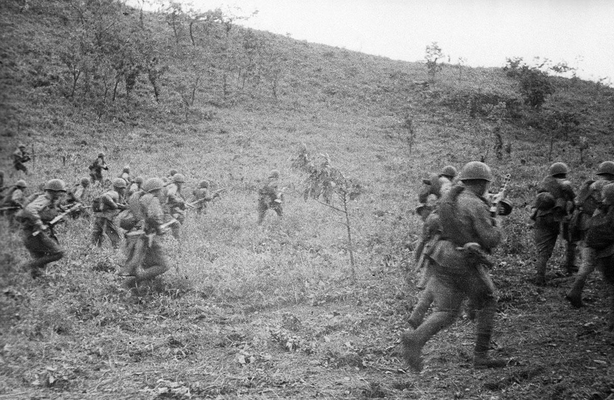 Маньчжурская операция. Советские войска идут в наступление.
