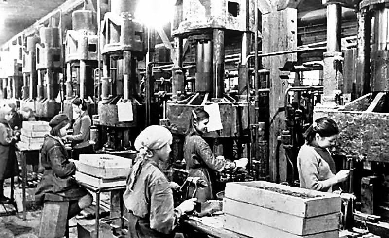 На машиностроительном заводе, целиком перешедшим на выпуск военной продукции, Мария Цуканова быстро стала ударницей производства.