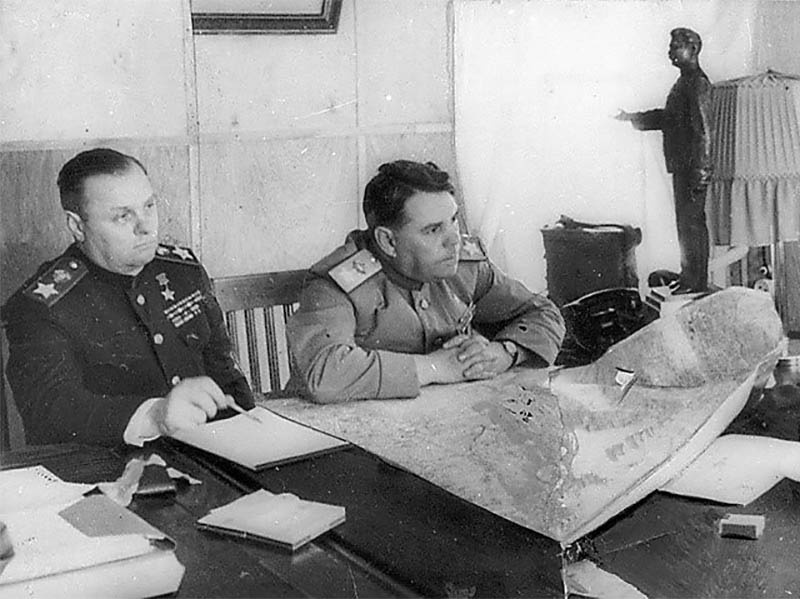 Маршалы Советского Союза К. Мерецков, А. Василевский.