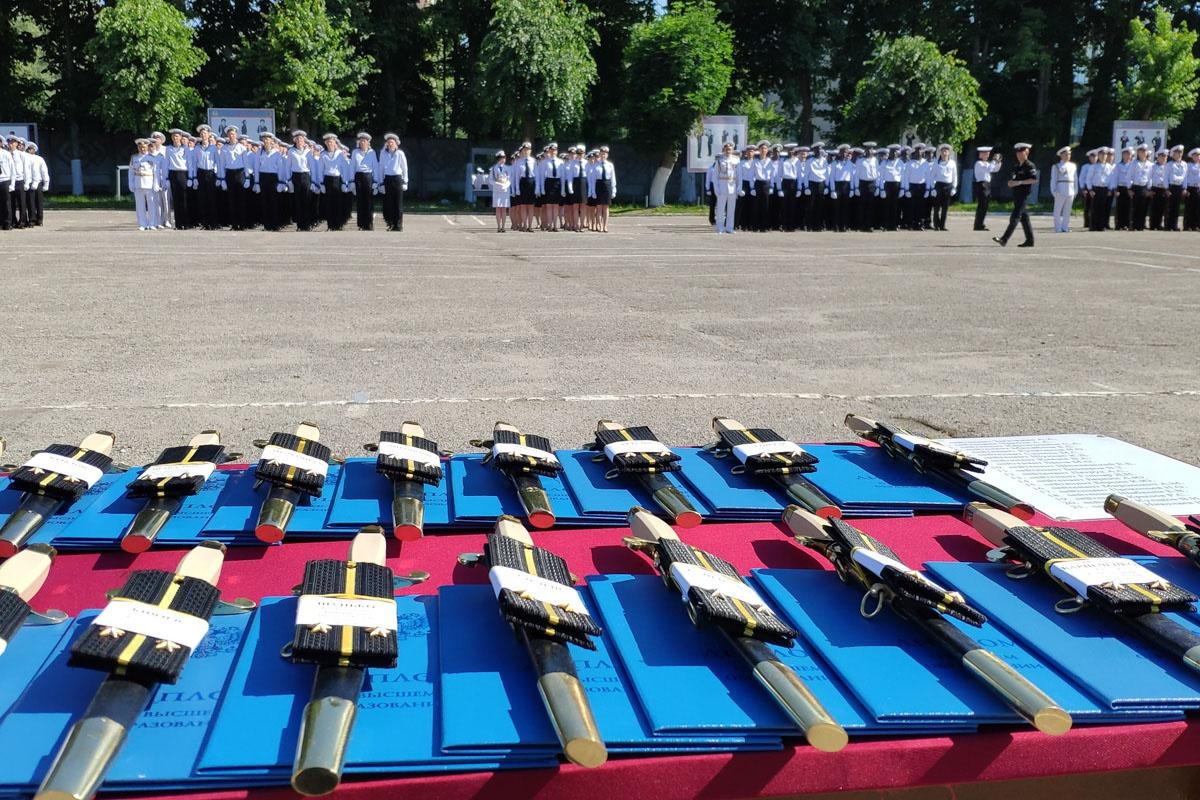 Воинский ритуал производства в офицеры, вручения кортиков, погон и дипломов проводится в колыбели Российского Флота - городе воинской славы Кронштадте.