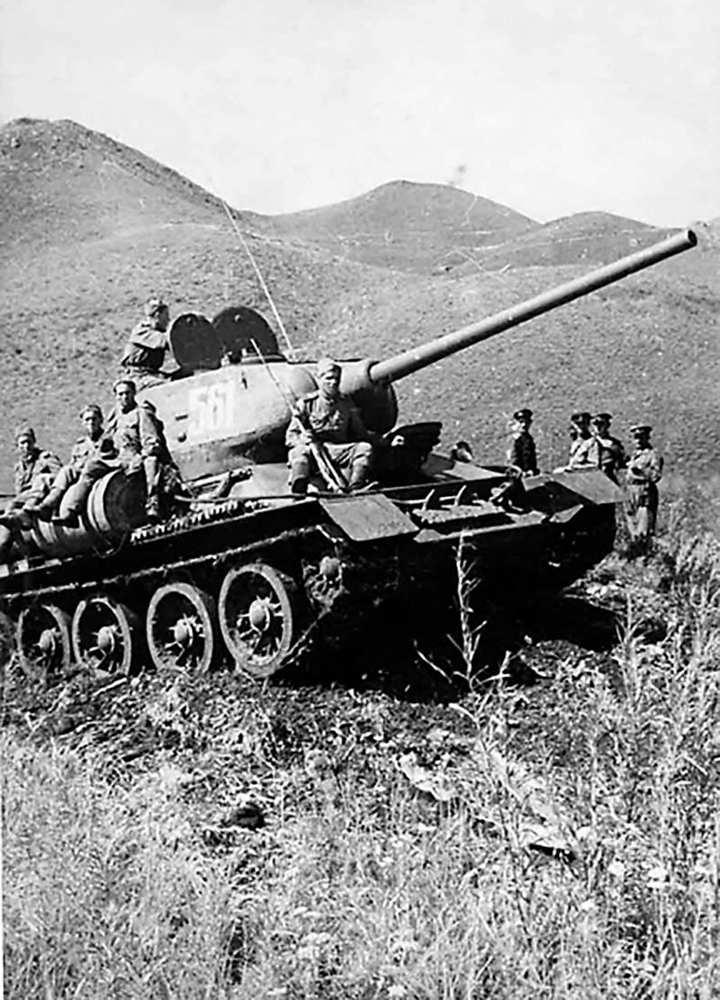 Советские танкисты преодолевают хребет Большой Хинган. Манчжурия. Август 1945 года.