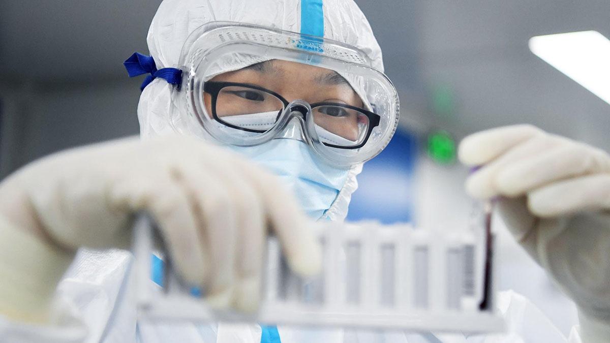 Одно разведывательное ведомство полагает что первое заражение человека коронавирусом могло произойти в результате инцидента в лаборатории Уханьского института вирусологии.