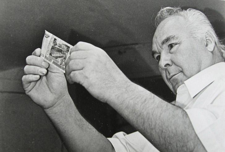 Виктор Иванович Баранов после освобождения. Рассматривает российские деньги.