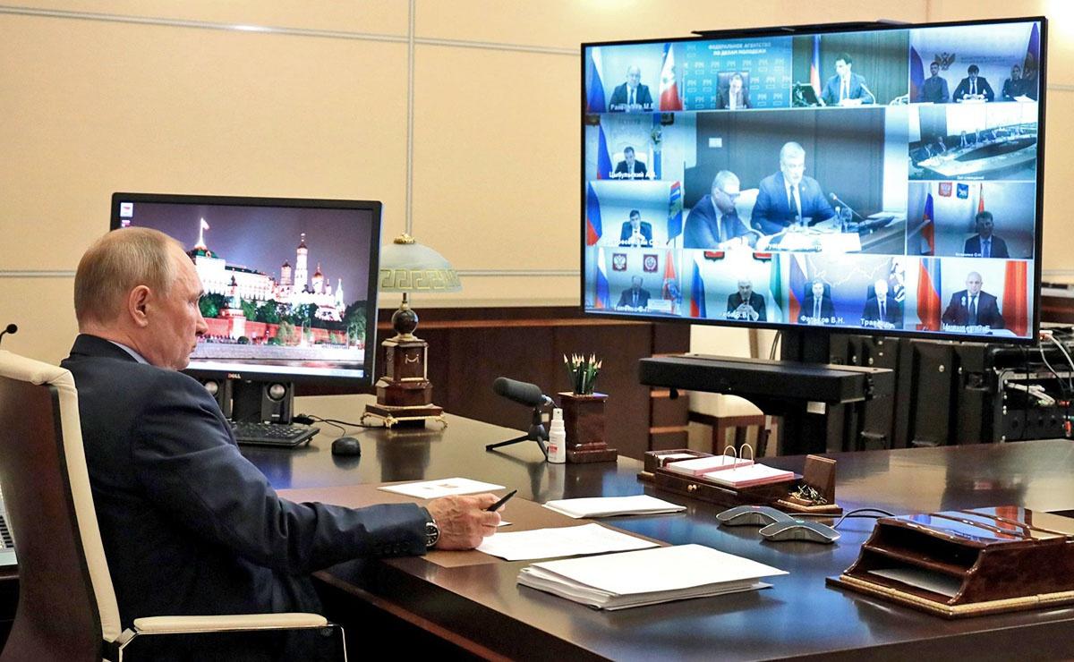 Президент России Владимир Путин на заседании Военно-промышленной комиссии в режиме видеоконференции.