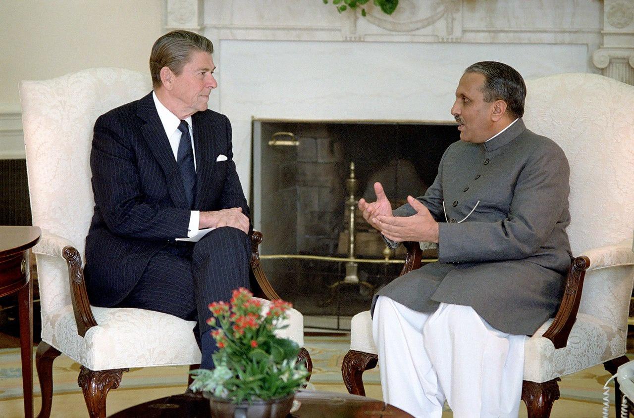 Президент Рональд Рейган на встрече с президентом ПакистанаМухаммедом Зия-уль-Хаком в Овальном кабинете.