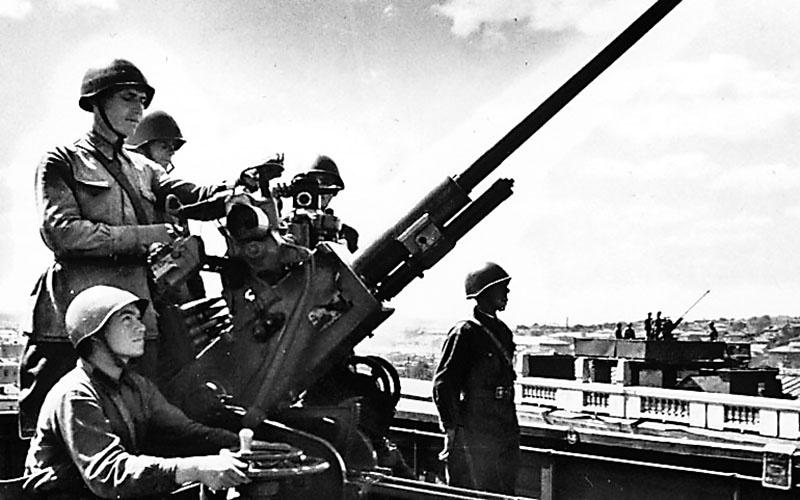 Мурзин изобрёл так называемый ПУАЗО - механический счётно-решающий прибор управления артиллерийским зенитным огнём.