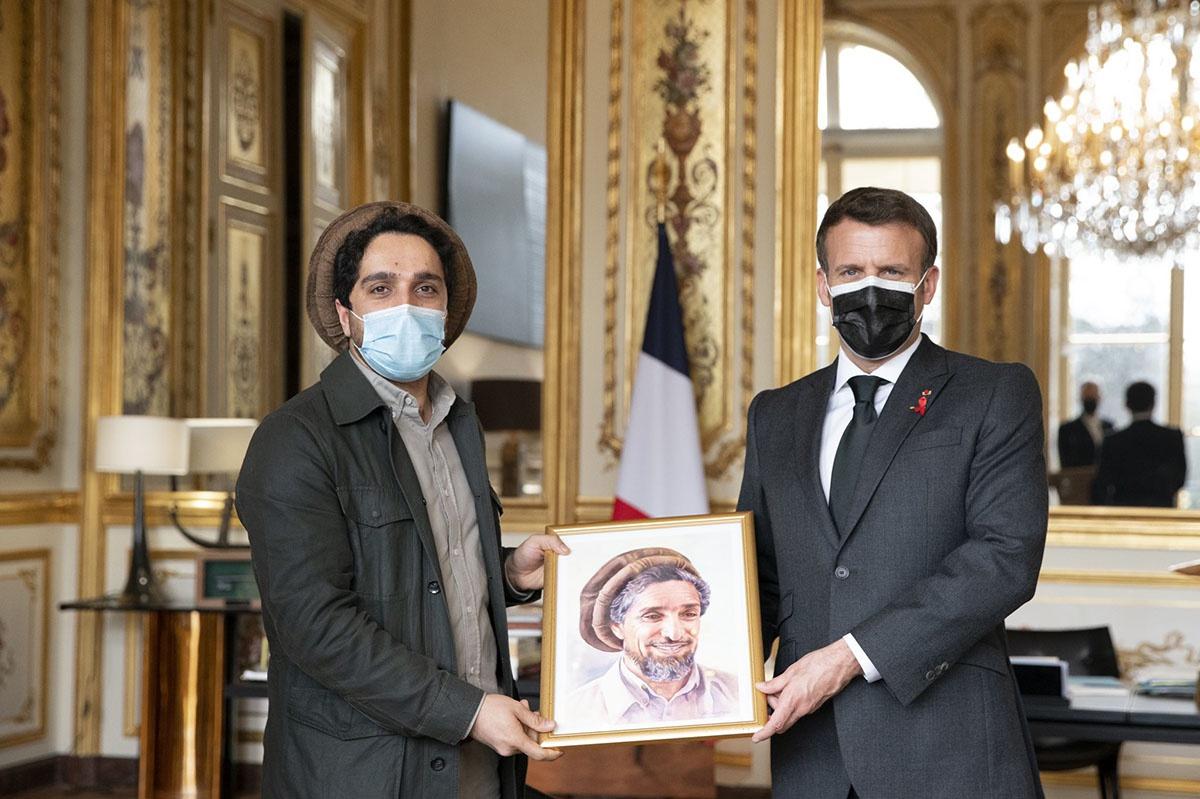 Ахмад Масуд дарит Макрону портрет своего отца и заодно просит помощи для борьбы с талибами.