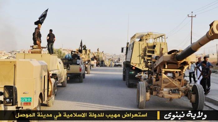 В Мосуле террористам достались огромные запасы оружия и американская бронетехника. Преднамеренная случайность?