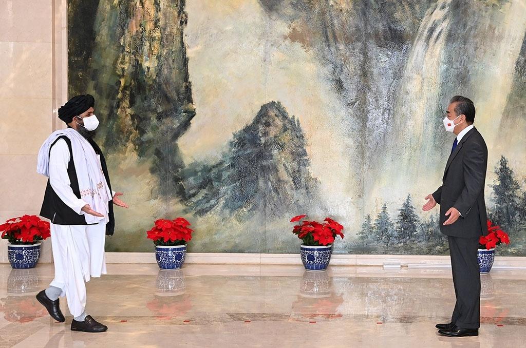 Министр иностранных дел Китая Ван И встретился с главой политической комиссии афганских талибов муллой Абдул Гани Барадаром в июле 2021 года.
