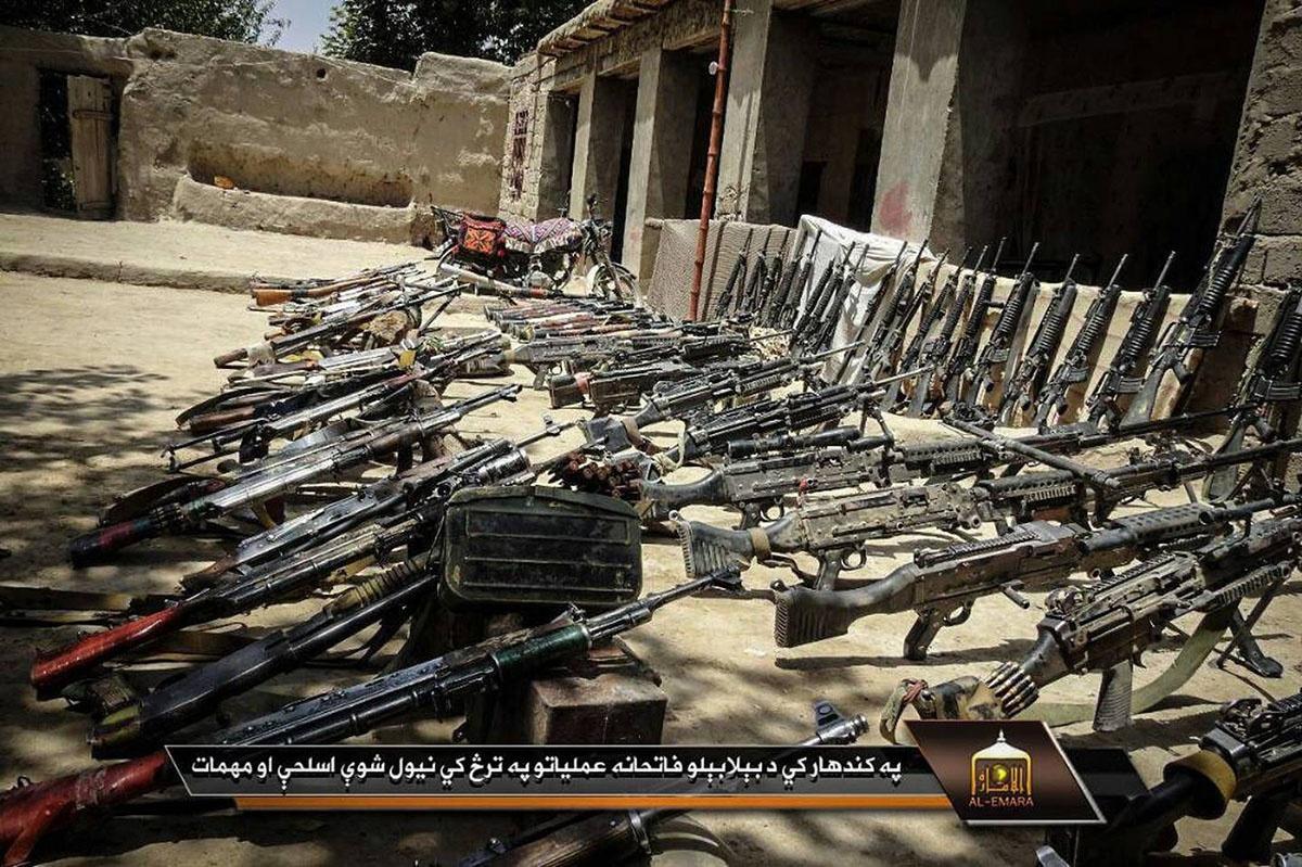 Стрелковое оружие, захваченное талибами на одной из баз.