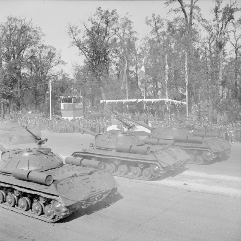 Советские тяжёлые танки ИС-3 на Параде союзных войск, прошедшем 7 сентября1945 годав столицеповерженной Германии.