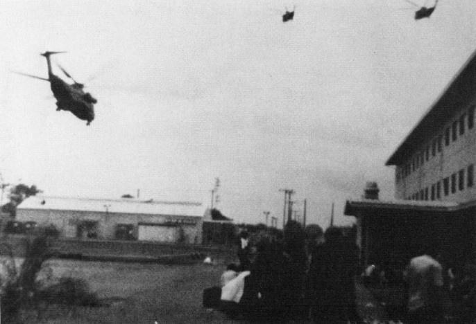 Корпус морской пехоты США приближается к зоне высадки в Сайгоне. Вьетнам, 29 апреля 1975 года.