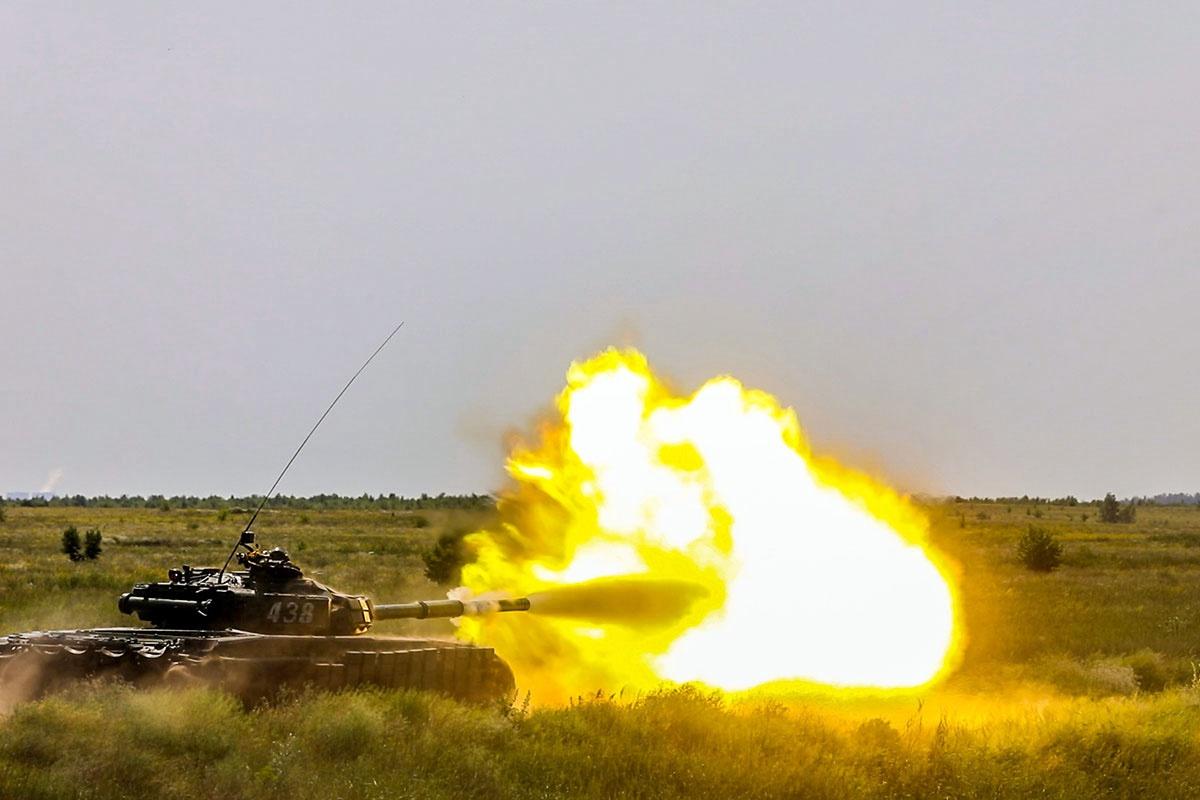 Танкисты общевойсковой армии ЗВО интенсивно тренировались в вождении боевых машин, точности стрельбы и выполнении сложных тактических элементов.