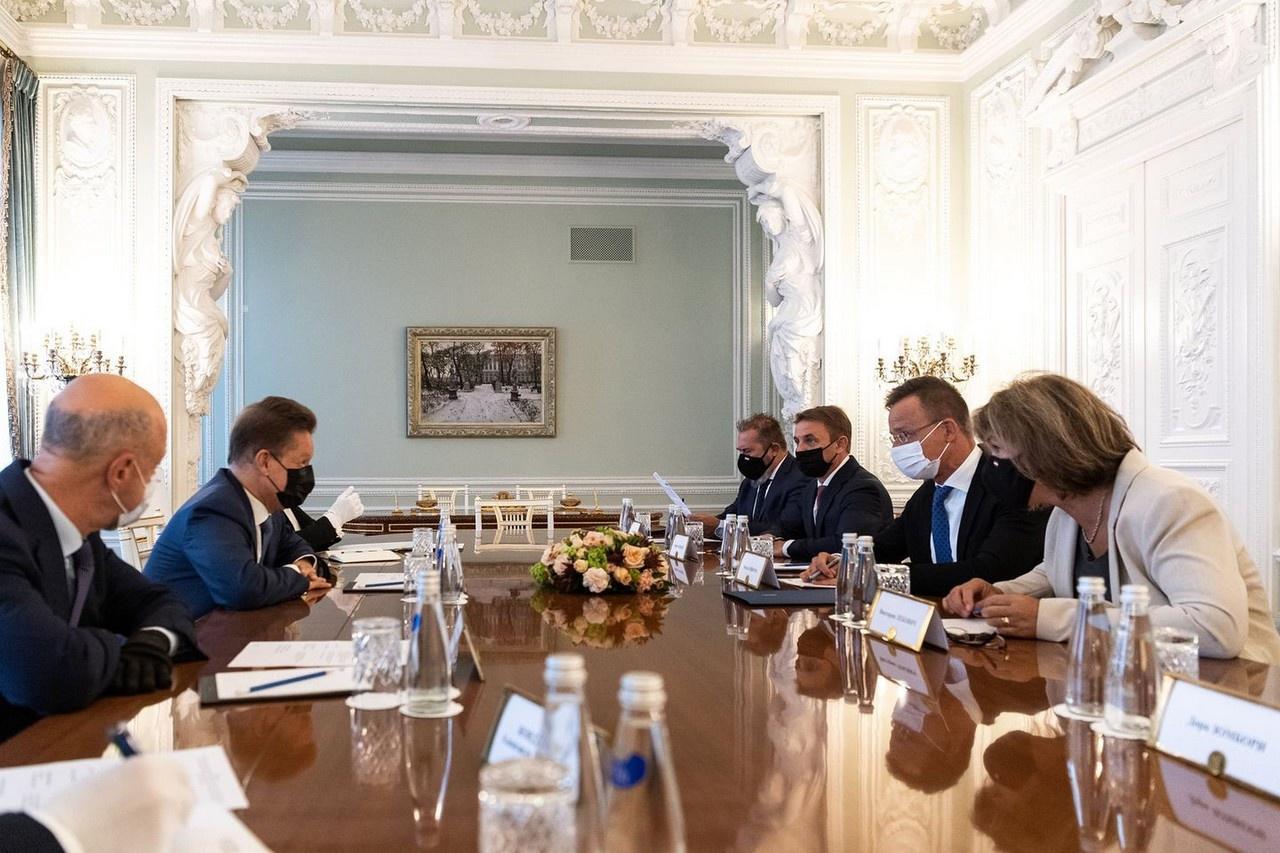 Глава Газпрома Алексей Миллер и министр иностранных дел Венгрии Петер Сийярто во время встречи, на которой были согласованы условия нового долгосрочного соглашения о поставках российского газа.