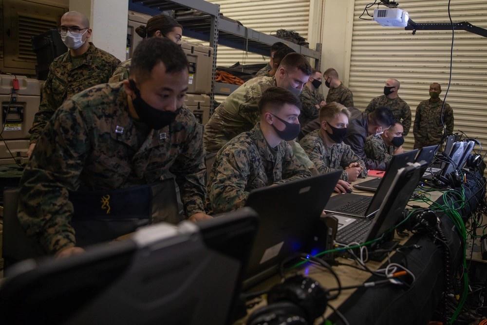 Морские пехотинцы и военнослужащие ВВС США принимают участие в учебном семинаре по использованию системы Tactical Link 16, которая обеспечивает передачу графических изображений и текстовых сообщений.