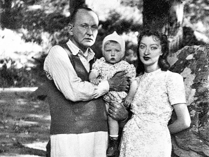 Александр Вертинский с женой и дочерью.