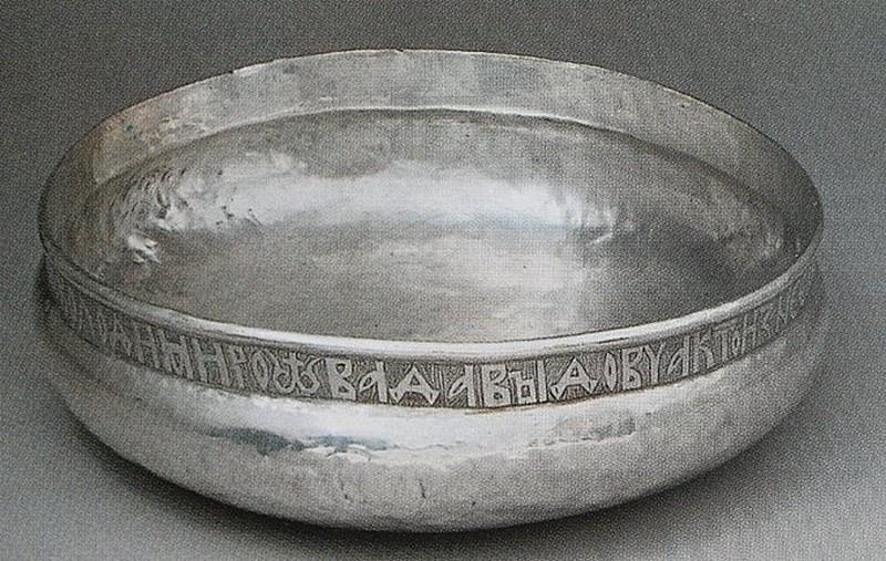 Наидревнейшим сосудом для питья водки была чарка. В Оружейной палате Московского Кремля хранится уникальная чарка из серебра черниговского князя Владимира Давидовича, датируемая 1151 годом.