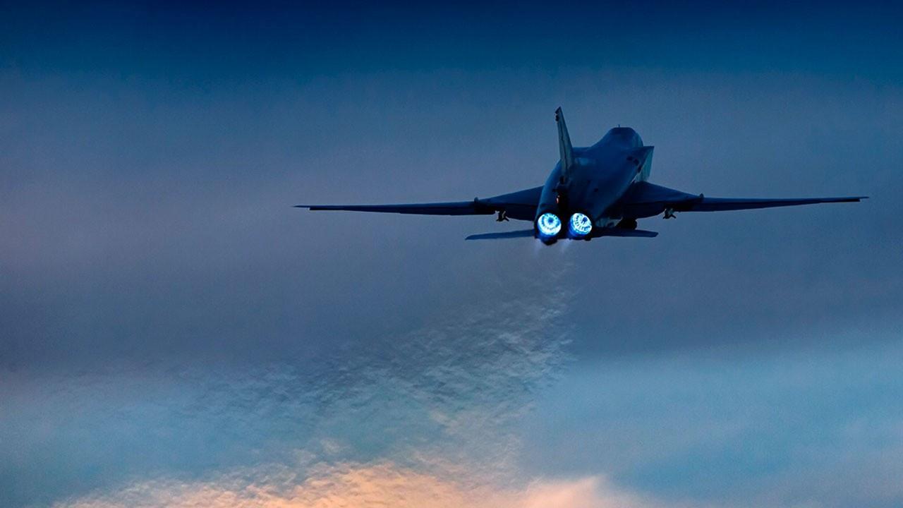 Бомбардировщики Ту-22М3 сбросили на позиции поневоле «скучковавшегося» условного противника по восемь весящих полторы тонны каждая высокоточных крупнокалиберных бомб.