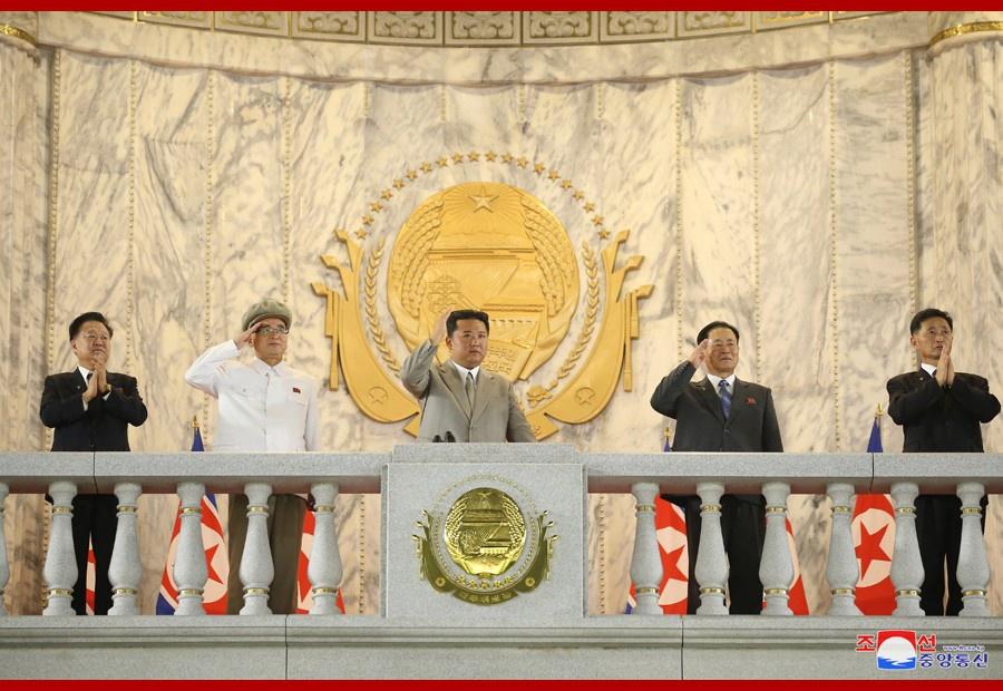 Настоящей сенсацией парада стало появление на трибуне руководителя КНДР Ким Чен Ына в нетрадиционном для него сером костюме.