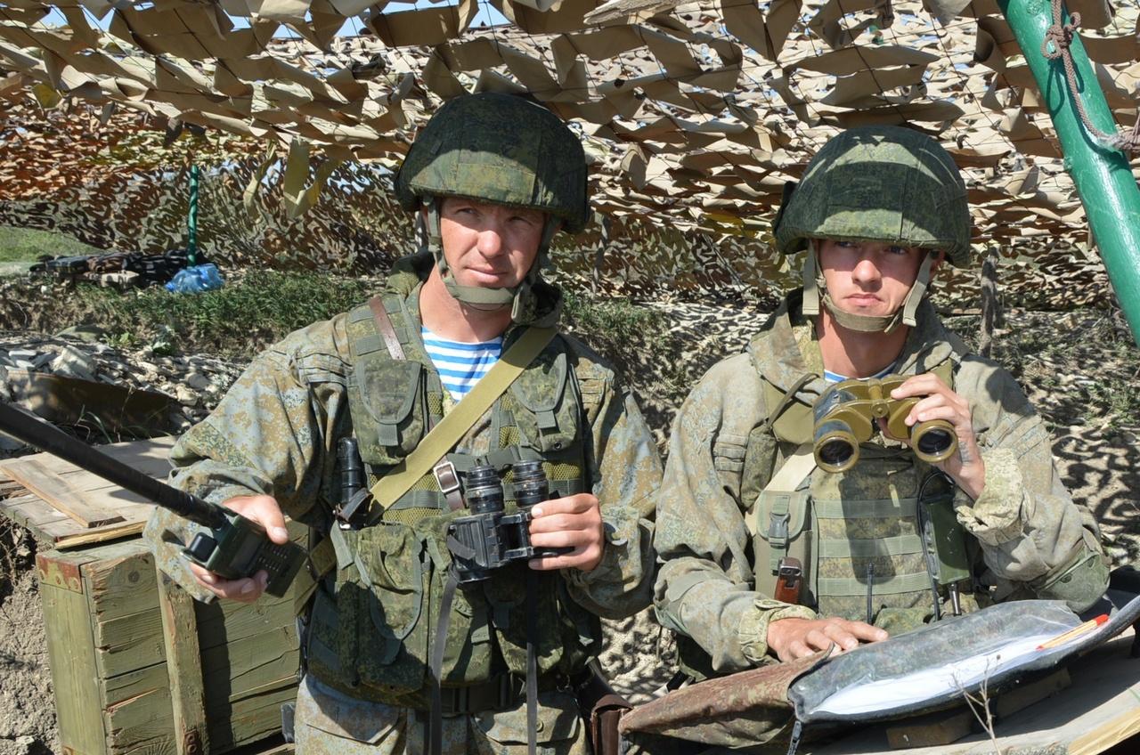 На КП тактической группы майора Г. Жовтыго (слева).