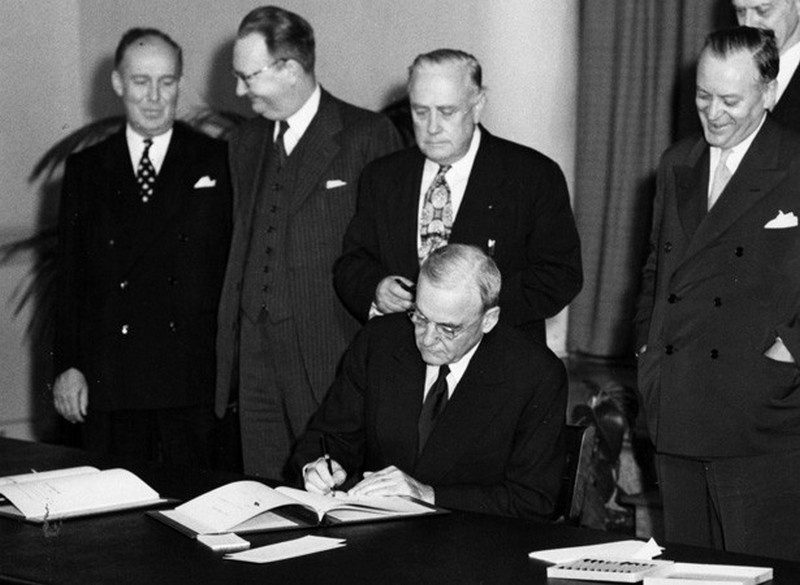 Госсекретарь США Джон Фостер Даллес подписывает договор ANZUS в Сан-Франциско в 1951 году.