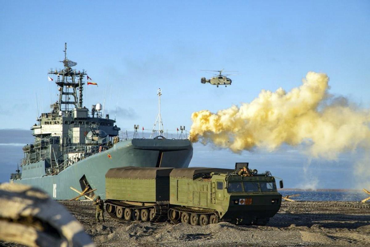 Арктическая группировка Северного флота отработала высадку на побережье острова Котельный в море Лаптевых.