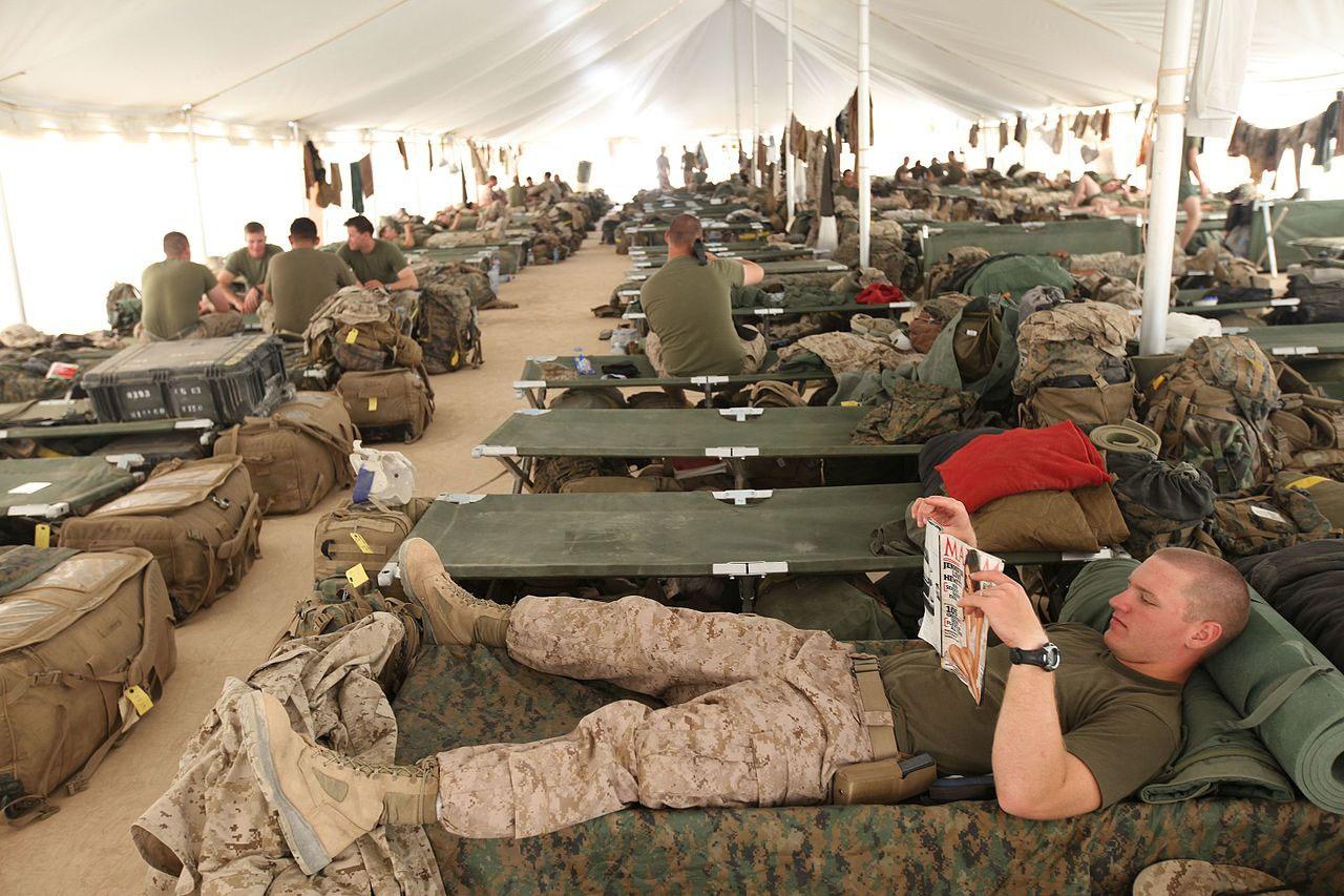 Геи в армии США оказываются в общей казарме с нормальными мужиками-военнослужащими, то есть рядом с вполне вероятными объектами своего вожделения.
