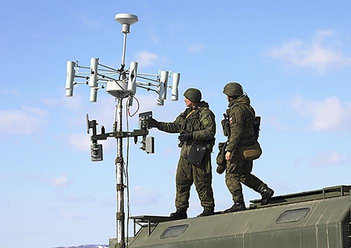 На специальном учении в Калининградской области с помощью комплекса «Леер-3» военнослужащие полностью блокировали работу полевого узла связи условного противника.