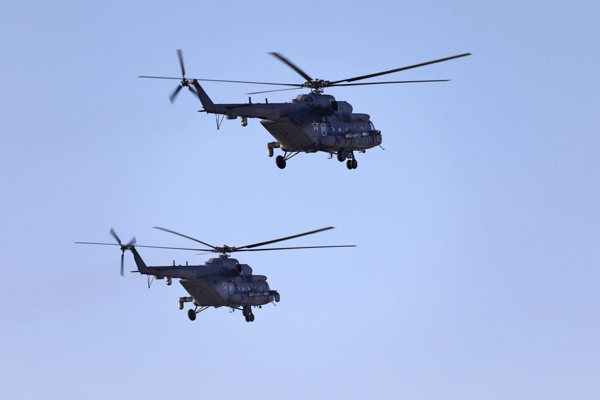 Экипажи вертолётов Ми-8МТПР-1 подавили радиолокационные системы авиации условного противника.