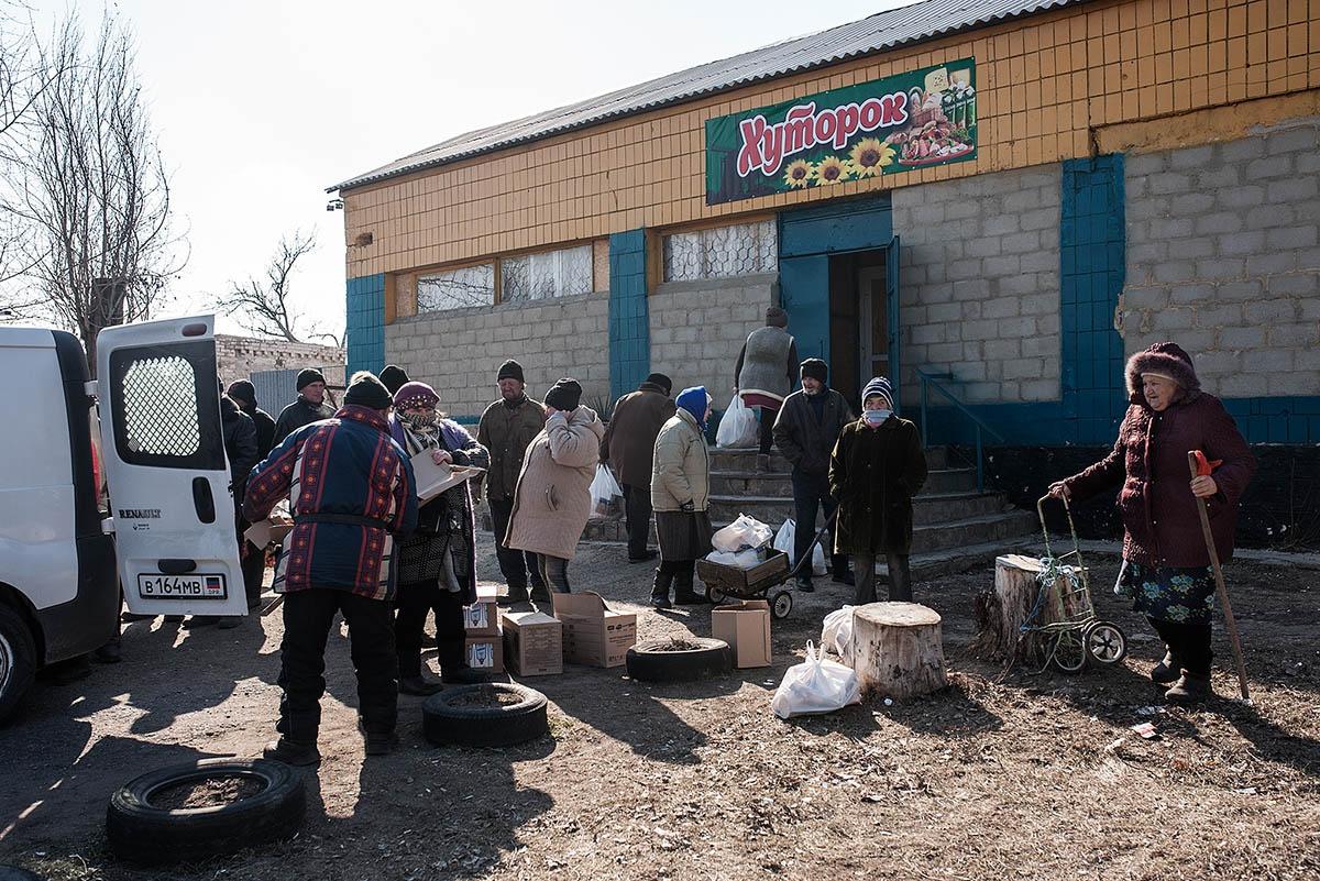 В Большом Коминтерново для получения продуктов люди собрались у магазина.