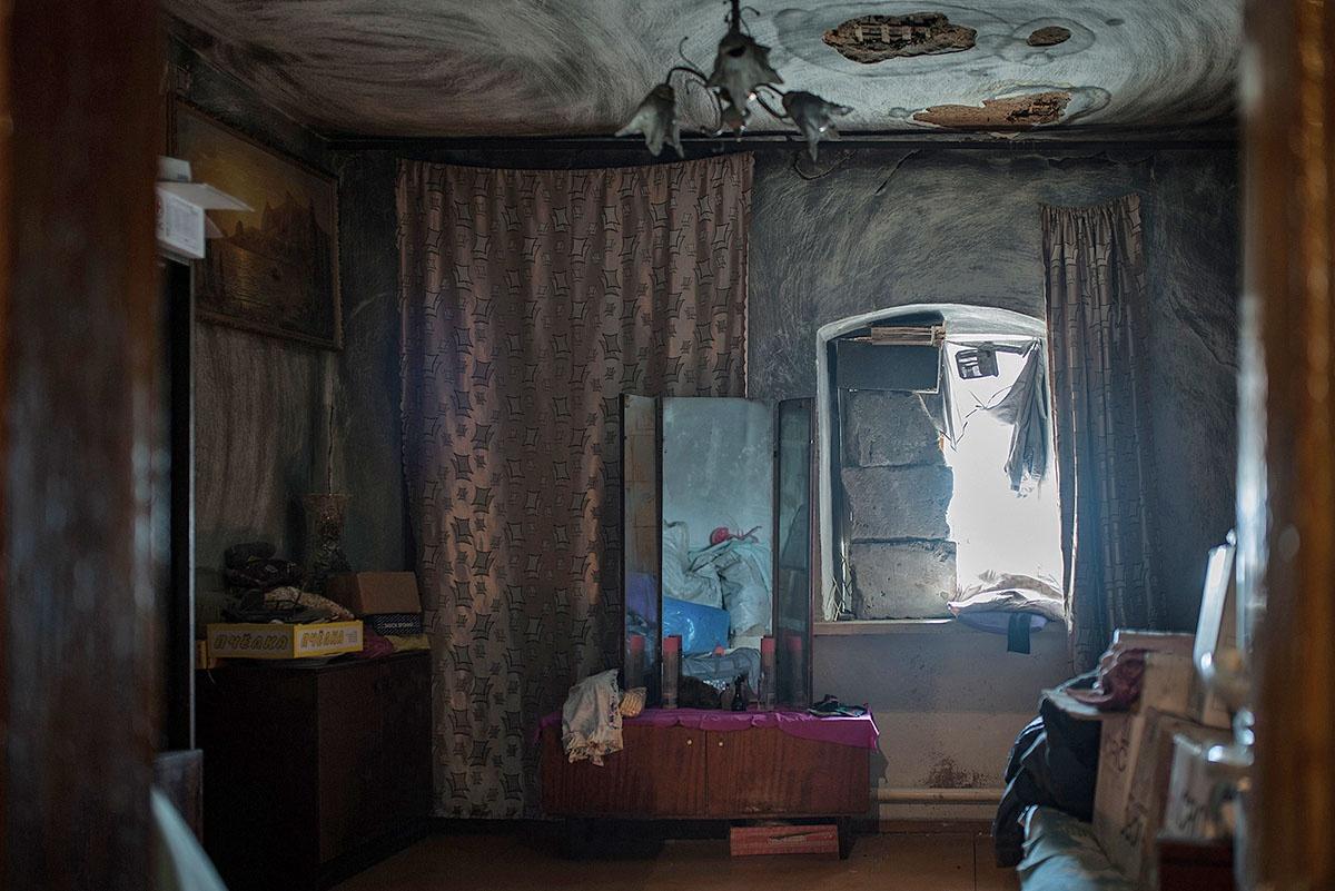 Из-за выбитых оконных стёкол и аварии на линии электропередач, в доме было очень темно.