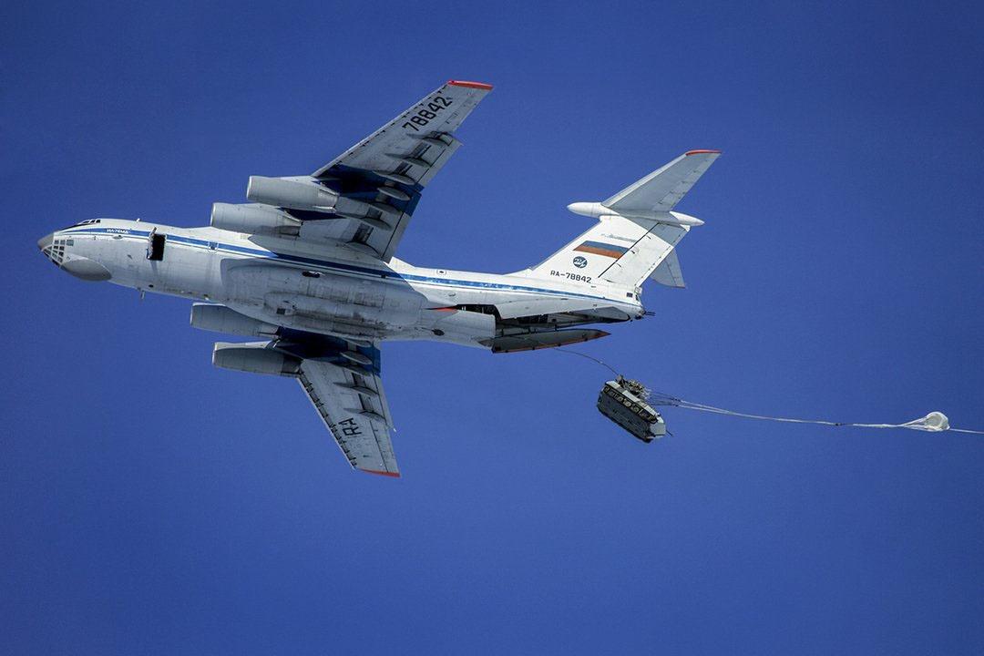 21 самолёт Ил-76МД военно-транспортной авиации произвёл выброску более 30 единиц БМД нового поколения.