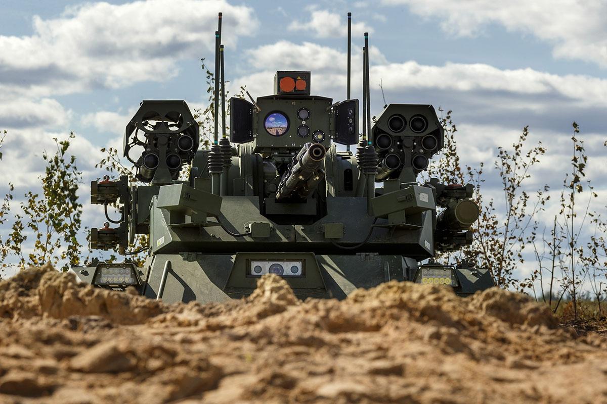 На полигоне Мулино в Нижегородской области в боевых порядках общевойсковых подразделений впервые использовались роботы разведки и огневой поддержки «Уран-9».