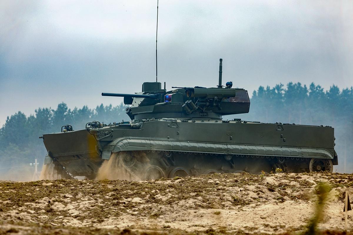Новейшая боевая машина пехоты Б-19 оснащена 57-мм автоматической пушкой, пусковыми установками противотанковых управляемых ракет «Корнет» и новым управляемым ракетным комплексом «Булат».