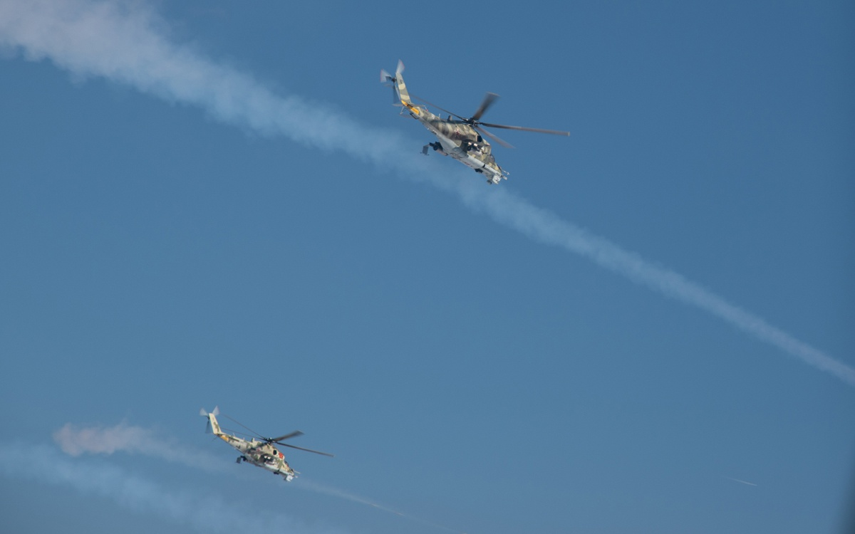 Лётчики разведывательно-ударных вертолётов Ка-52 «Аллигатор» при помощи тактического приёма «воздушная карусель» успешно уничтожили объекты и живую силу условного противника.