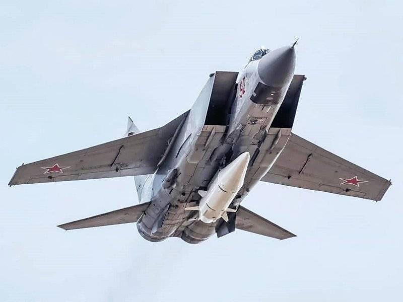 Истребитель МиГ-31 с гиперзвуковой ракетой «Кинжал».
