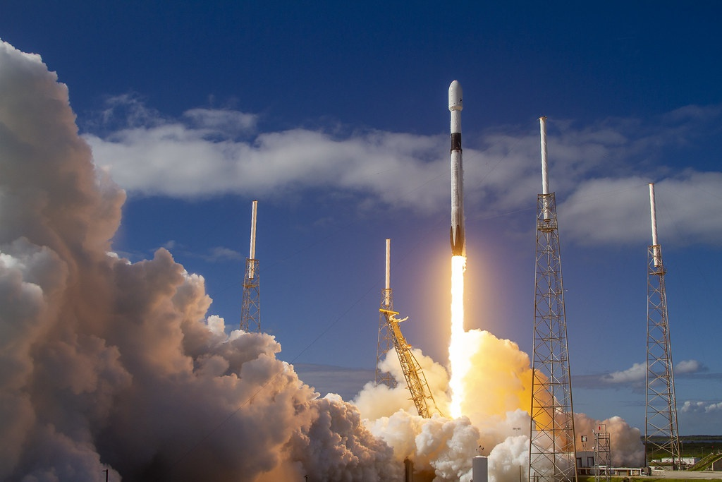 Запуск ракеты со спутником по программе Илона Маска Starlink.