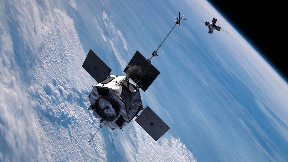 Спутник-инспектор «Космос-2543» приблизился к другому спутнику для проведения проверки.