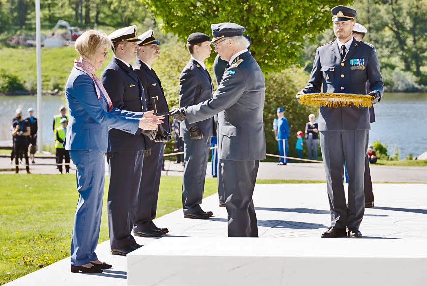 Король Швеции Карл XVI Густав награждает офицеров и сотрудников министерства обороны.