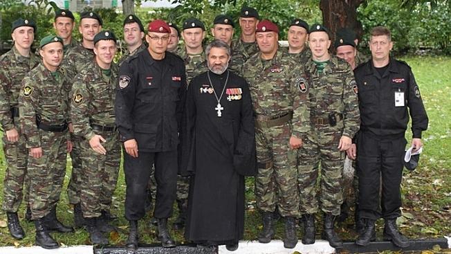 Иерей Андрей Шеломенцев с военнослужащими Российской армии