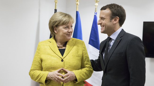 Президент Франции Эмманюэль Макрон поддерживает канцлера ФРГ Ангелу Меркель.