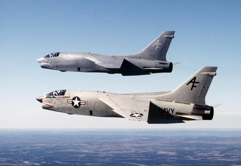 Американский истребитель палубного базирования Vought F-8 Crusader.