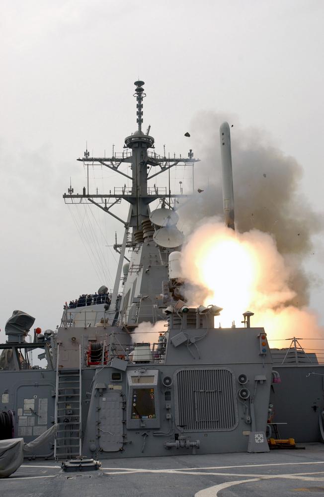 Запуск ракеты «Томагавк» с »эскадренного эсминца USS Pinckney.