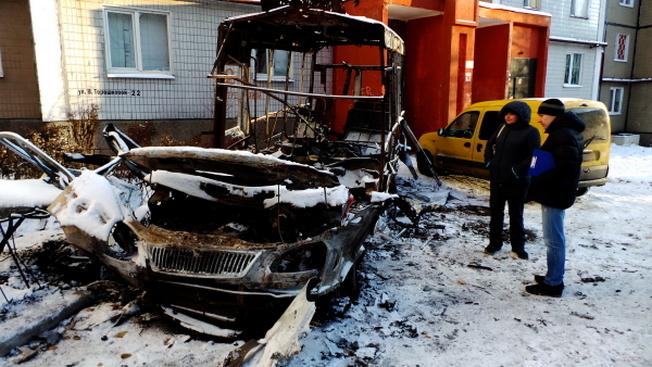 Сгоревший в результате артиллерийского обстрела микроавтобус в Кировском районе Донецка.