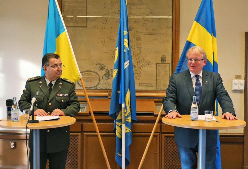 Министр обороны Украины генерал армии Украины Степан Полторак и министр обороны Швеции г-н Петер Хультквист