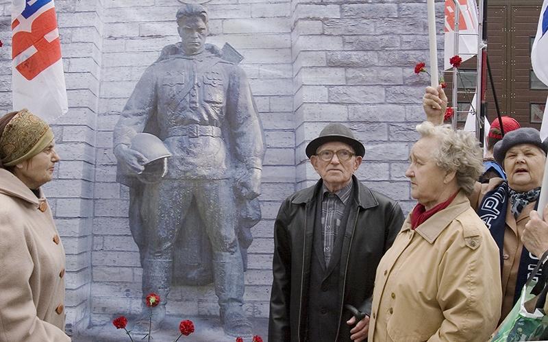 Протест против сноса памятника в Таллинне