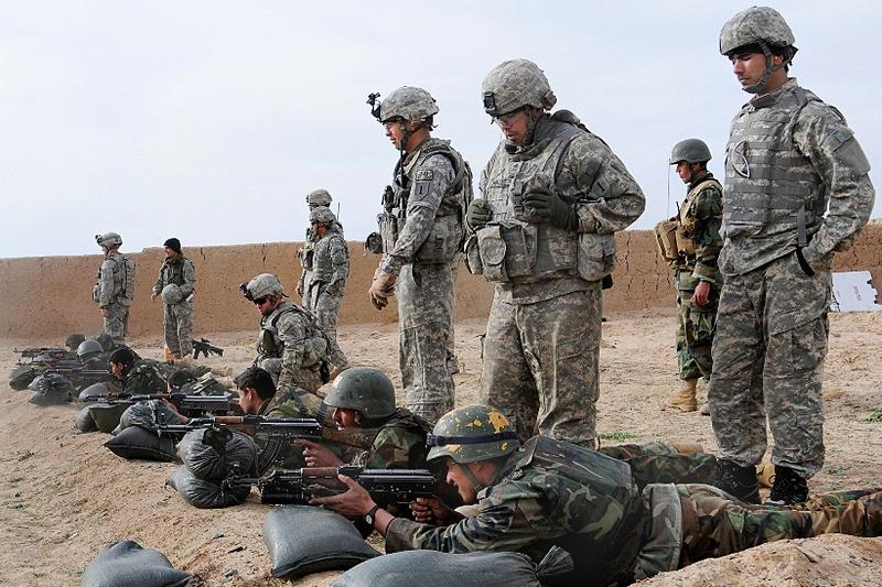 Американские инструкторы обучают бойцов афганской армии