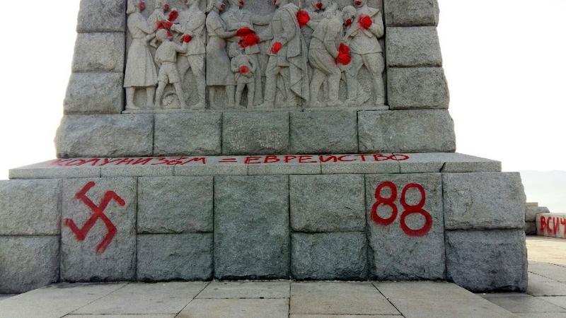 Нацистская символика на памятнике